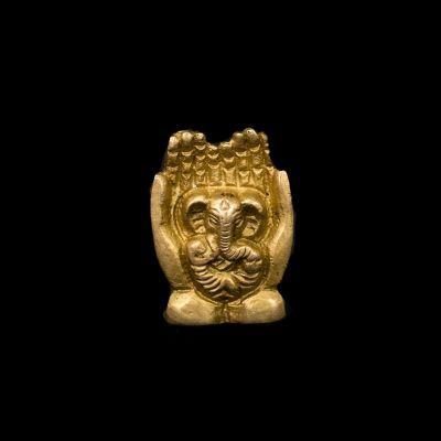 Kadzidło Ganesha stoi w dłoniach